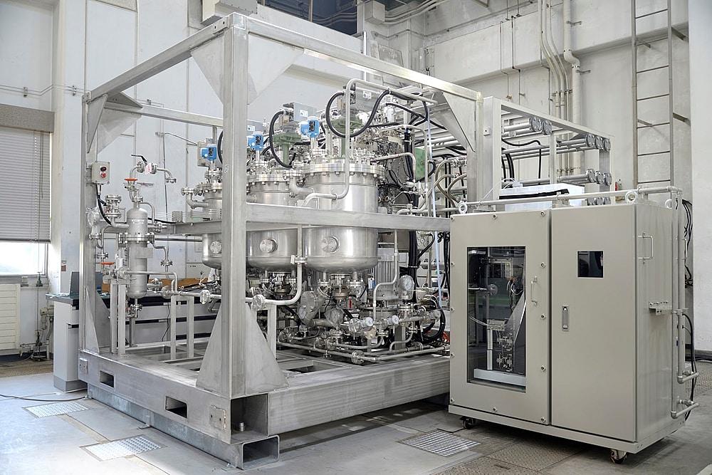 図1 実用化に向けて開発が進められているiFactory®のモジュール(左)と自動分析装置(右)